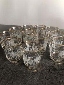 11 anciens petits verres à liqueur gravés années 50