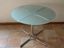 Table ronde vintage. 1970. Acier et verre. Diam : 96