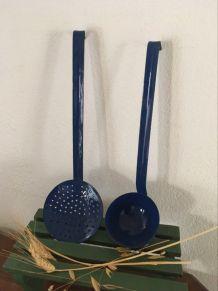 Ensemble louche et passoire bleues émaillées .
