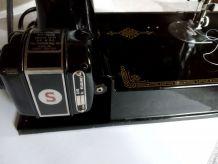 Machine à coudre Singer modèle 221K1 + valise + accessoires