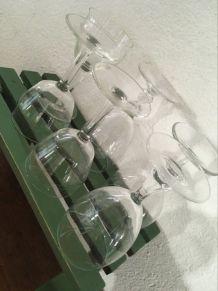 Six verres à pied assortis.