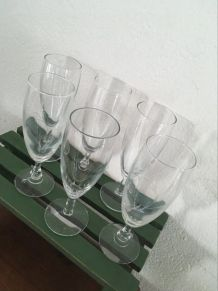 Six flutes assorties.
