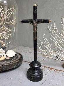 Ancien crucifix sur pied