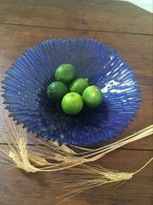Plat en verre au bleu cobalt.