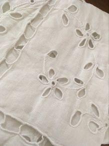 Nappe carrée en coton blanc brodé.