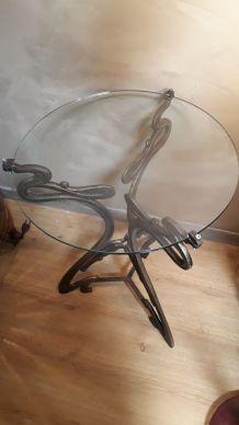 petite table avec pietement  fer tres ancien