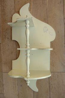 Etagère ancienne en bois peint à suspendre
