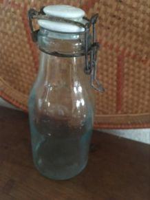 Bouteille bocal l idéale au verre vert bleuté.