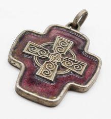 Pendentif croix email violet