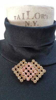 broche vintage en strass couleur rose et gris clair