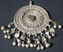 Ancien pendentif alliage d'argent cabochon pendeloques
