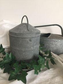 Ancien abreuvoir à poule, décoration de jardin, campagne
