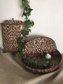 Ancienne fontaine murale en tôle émaillée, décoration de jar