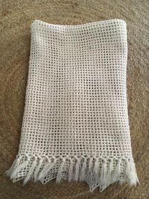 Portière ancienne au crochet en coton blanc.