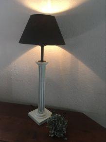 Lampe au pied en bois cannelé.