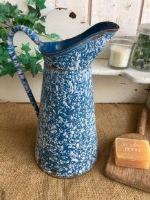 Ancien broc émaillé bleu marbré