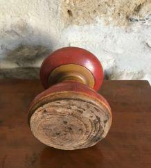 Ancien bougeoir en bois tourné peinture rouge et ocre jaune.