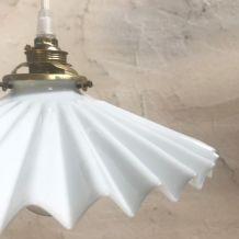 Suspension en opaline blanche plissée