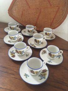 8 tasses et sous tasses en porcelaine fine à fleurs.