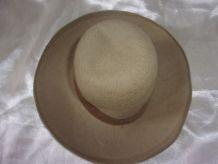 Ancien chapeau de poupée en feutrine beige