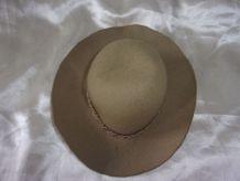 Ancien chapeau de poupée en feutrine - Beige
