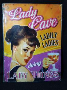 PLAQUE METAL DECO LADY CAVE