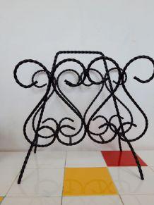 Un très beau porte revues en fer forgé torsadé noir. Motifs
