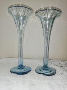 Duo de vases anciens bleus forme corolle