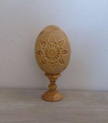 Oeuf en bois sculpté sur socle