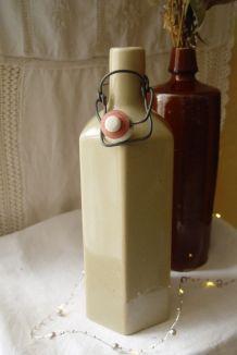 Ancienne bouteille en grès beige grisé octogonale