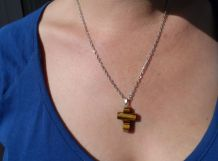 pendentif croix en pierre oeil de tigre