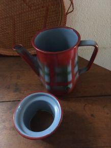 Cafetière émaillée en rouge et bleu.