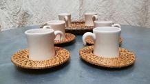 Ensemble de six tasses en céramique et sous tasses en osier
