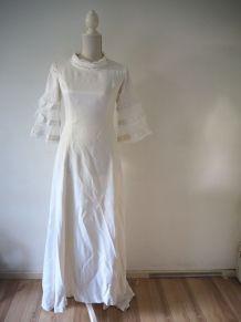 Longue robe de mariée blanche satinée traîne boutons 30s 40s