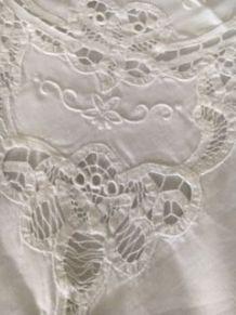 Nappe coton blanche et surnappe brodée 2,50 x1,50m