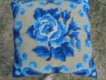 coussin canevas fleur bleu