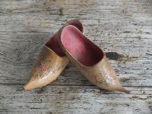 Paire de sabots en bois miniatures