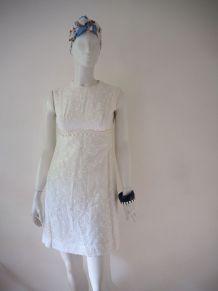 Robe trapèze chic blanche brodée perlée vintage 60's