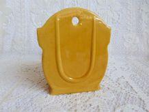 Ancienne boîte à sel céramique jaune / pot à sel vintage.