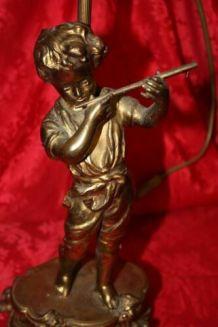 ANCIENNE LAMPE DE BUREAU , DÉCOR D'UN JEUNE MUSICIEN JOUANT