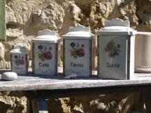 Serie de 4 pots à épices anciens en porcelaine fleurie