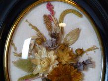 Cadre médaillon garni de fleurs séchées