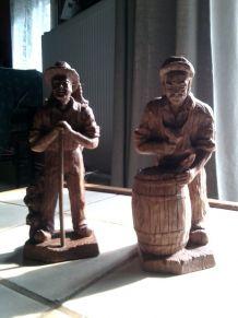 Lot  2 statuettes en bois Les vendages  porteur et tonnelier