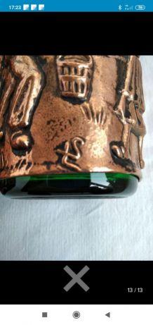 6 verres  et 2 carafes recouverts de cuivre signés LS