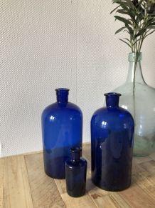 Trio de flacons verre  bleu de pharmaciens.