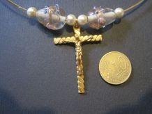 collier avec perle et perle en verre avec une croix