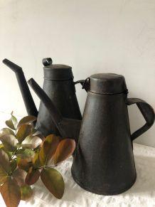 Deux burettes d'atelier, arrosoirs d'intérieur