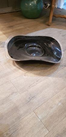 Élégant plat noir en verre