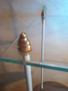 etagere d angle en verre 42x32 tres solide  ébrechure non vi