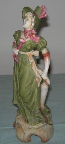 Statuette porcelaine  « jeune élégante »